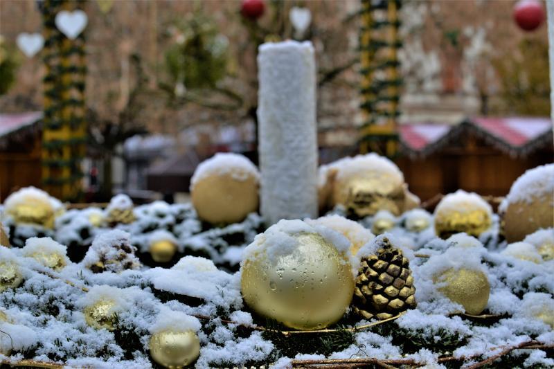 Advent első vasárnapján szállingózó hóesében