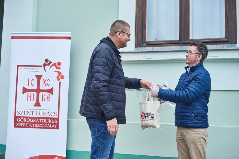 Arcpajzs adomány átadás