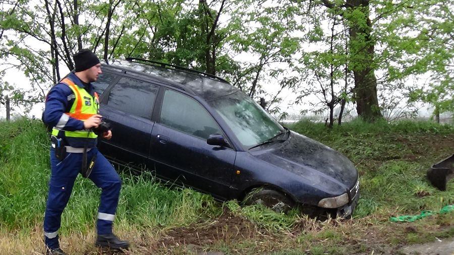Árokba borult egy jármű a 36-os főúton