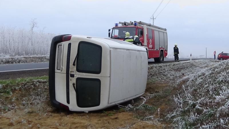 Árokba borult egy jármű