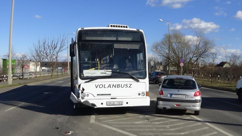 Autóbusz és személygépkocsi ütközött az Orosi úton