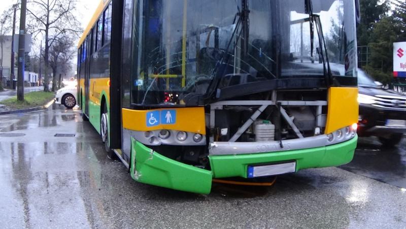 Autóbusz és személygépkocsi ütközött péntek reggel a Sóstói úton, a Garibaldi utcánál