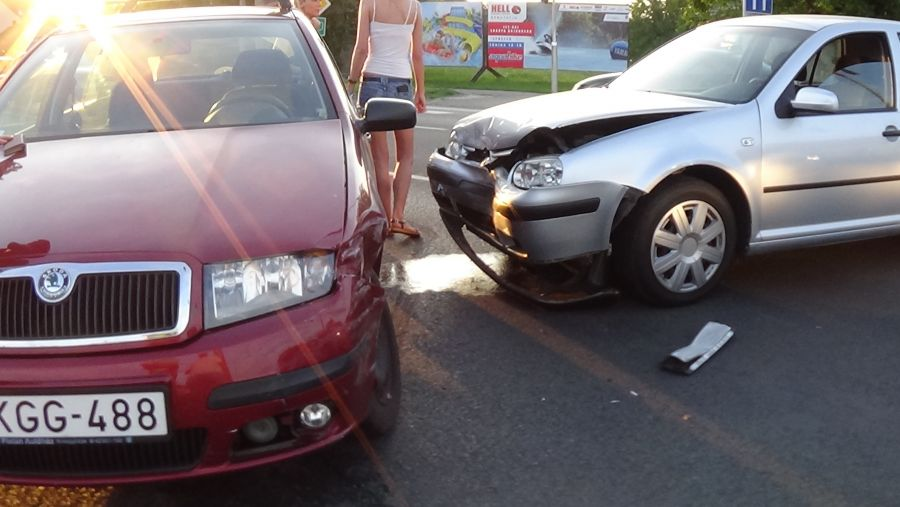 Baleset történt hétfő este a Család utcán, az Orosi úti csomópontnál