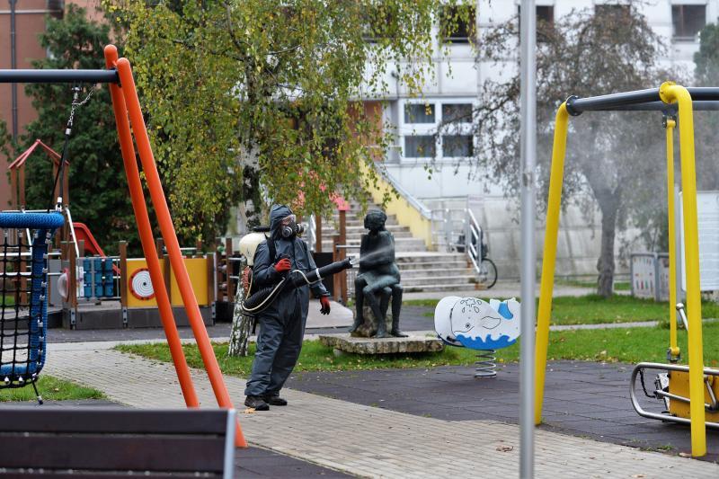 Belvárosi játszóteret fertőtlenítenek  a NYÍRVV Nonprofit  Kft. munkatársai