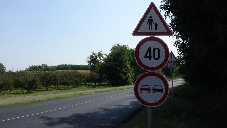 Burkolati jeleket festenek a Westsik Vilmos úton