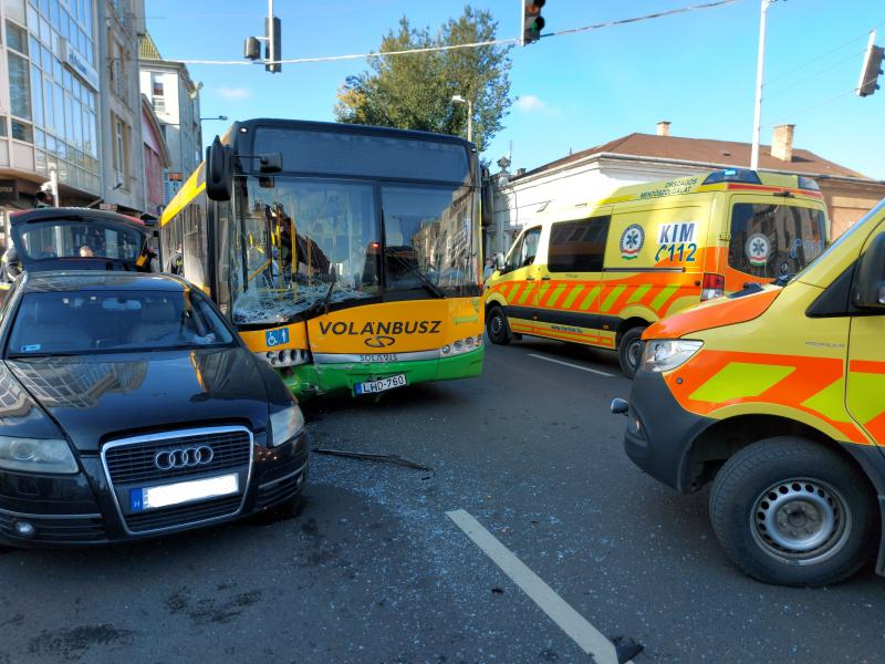 Busz ütközött személyautóval