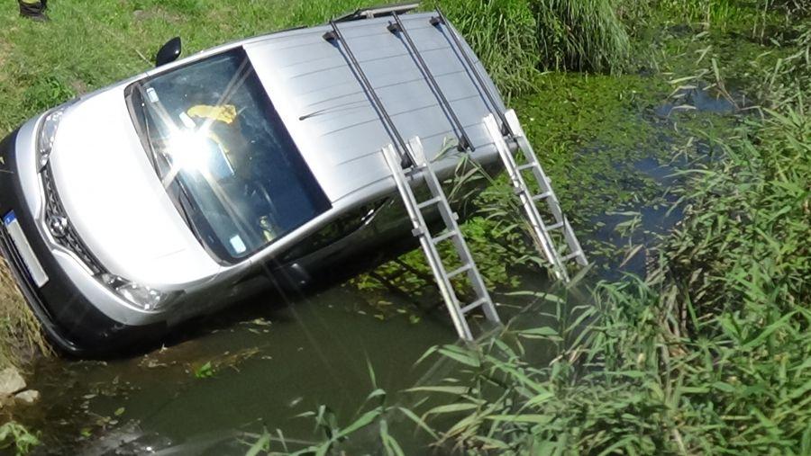 Csatornába csúszott egy jármű