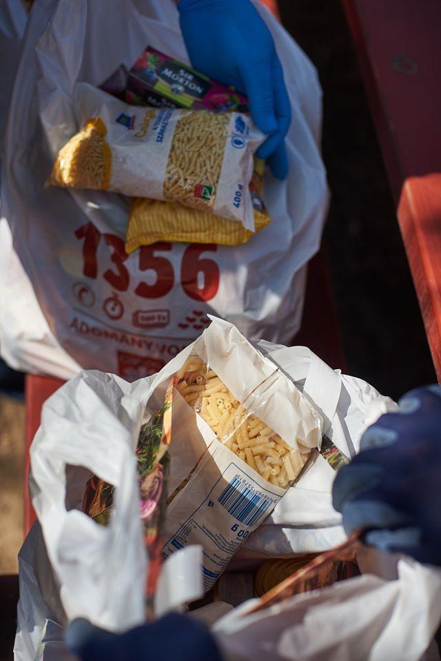 Élelmiszerosztás a Huszártelepen