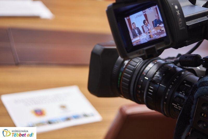 Életképek a Nyíregyházi Televízió munkatársainak mindennapjaiból