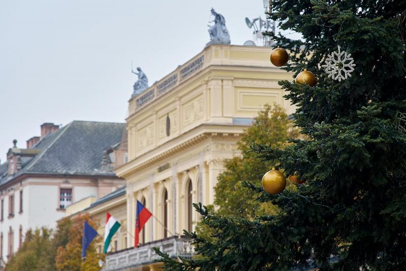 Elkezdték feldíszíteni Nyíregyháza karácsonyfáját