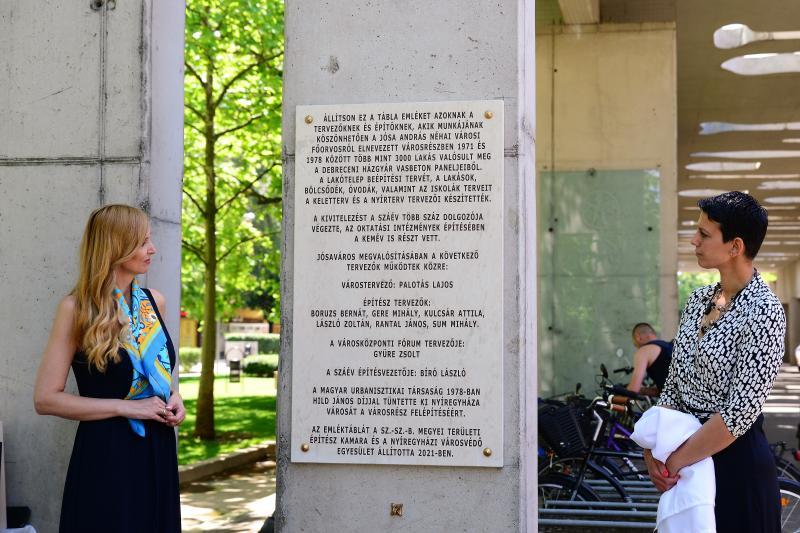 Emléktábla avatás Jósavárosban az Építők Napján