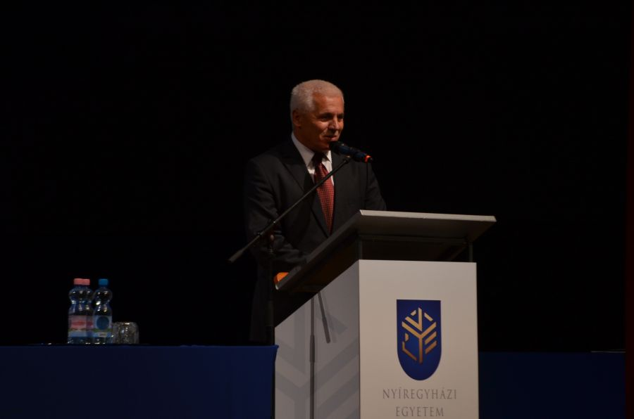 Eskütétel és jubileumi diplomások az egyetem tanévnyitóján