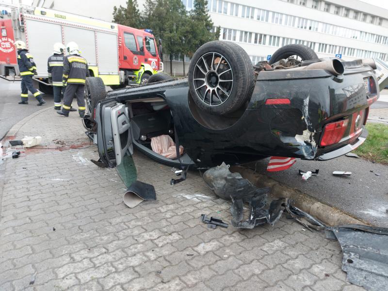Feje tetejére állt egy autó