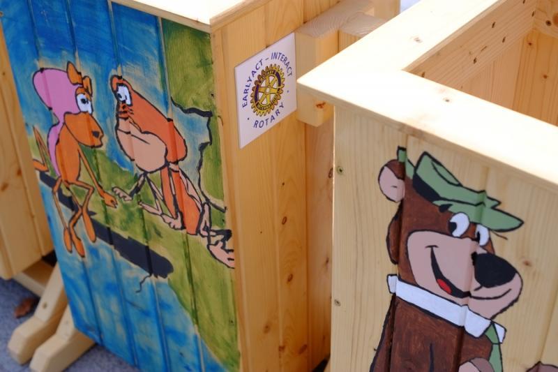 Festett hulladékgyűjtők átadása