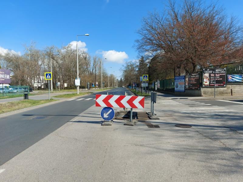 Helyreállítási munkálatok a Garibaldi utca és a Sóstói út kereszteződésében