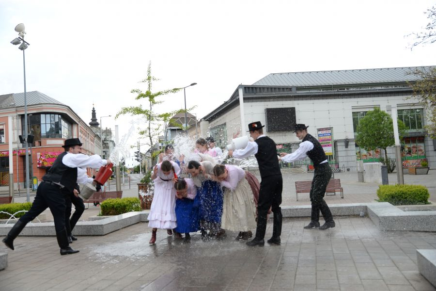 Húsvéti locsolkódás a belvárosban