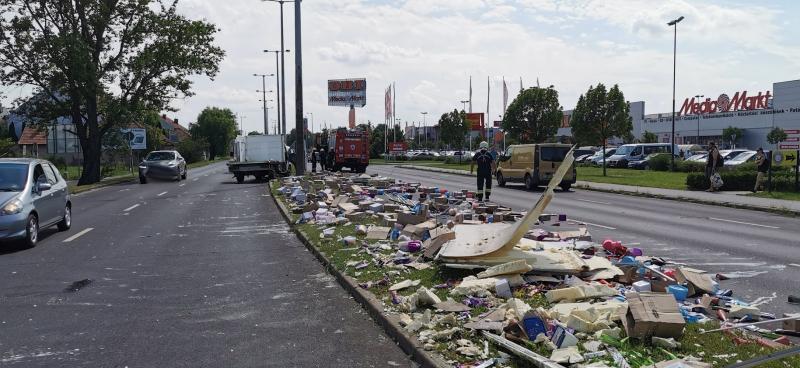 Jégkrémet szállító kisteherautó rakománya borult a körútra