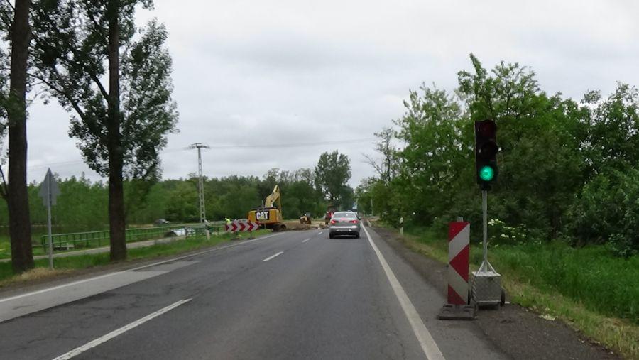 Jelzőlámpa irányítja a 38-as számú főút forgalmát