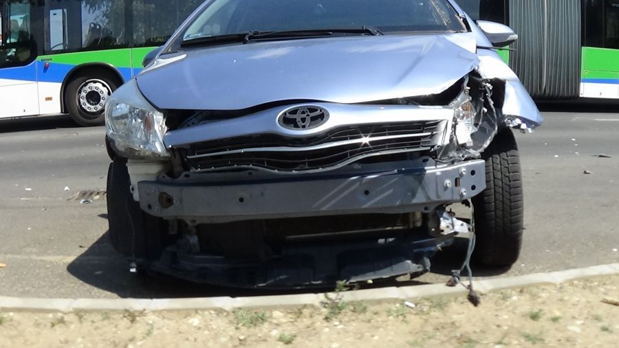 Jelzőtábláknak, majd fának csapódott egy jármű kedd délután Örökösföldön