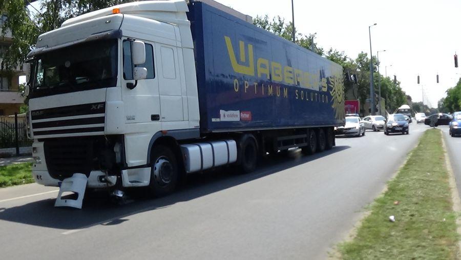 Kamion és személygépkocsi ütközött az Inczédy soron