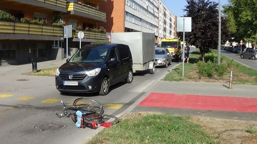 Kerékpárost gázoltak az Arany János utcán