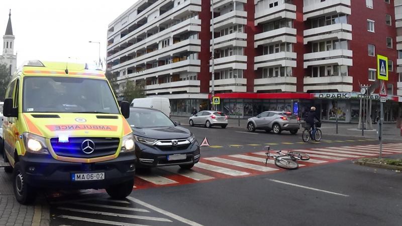 Kerékpárost gázoltak az Országzászló téren