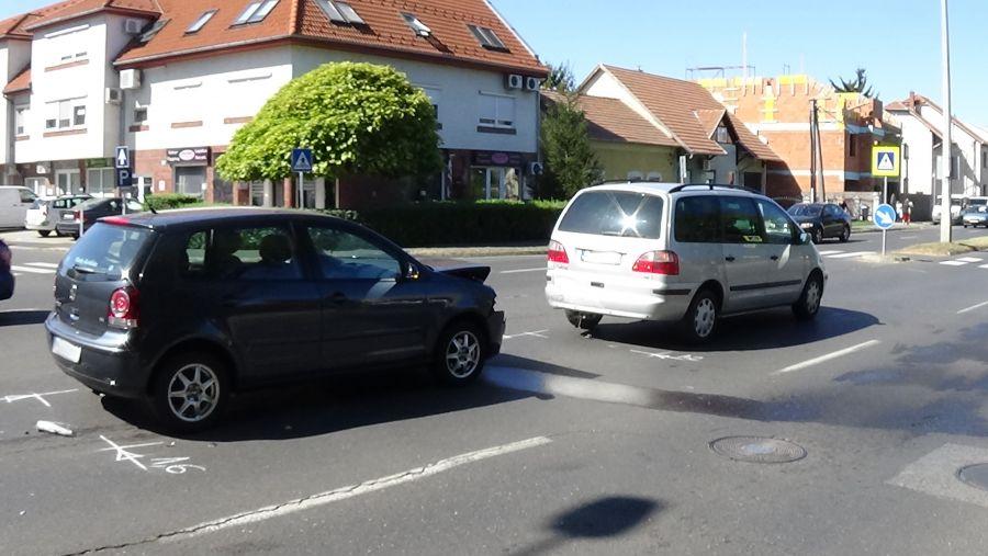 Két autó ütközött a Szegfű utcán szerda délelőtt