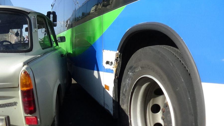 Két autóbusz és egy személygépkocsi ütközött