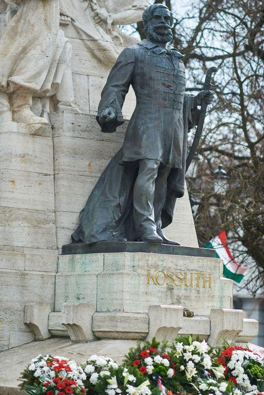 Koszorúzás Kossuth Lajos szobránál