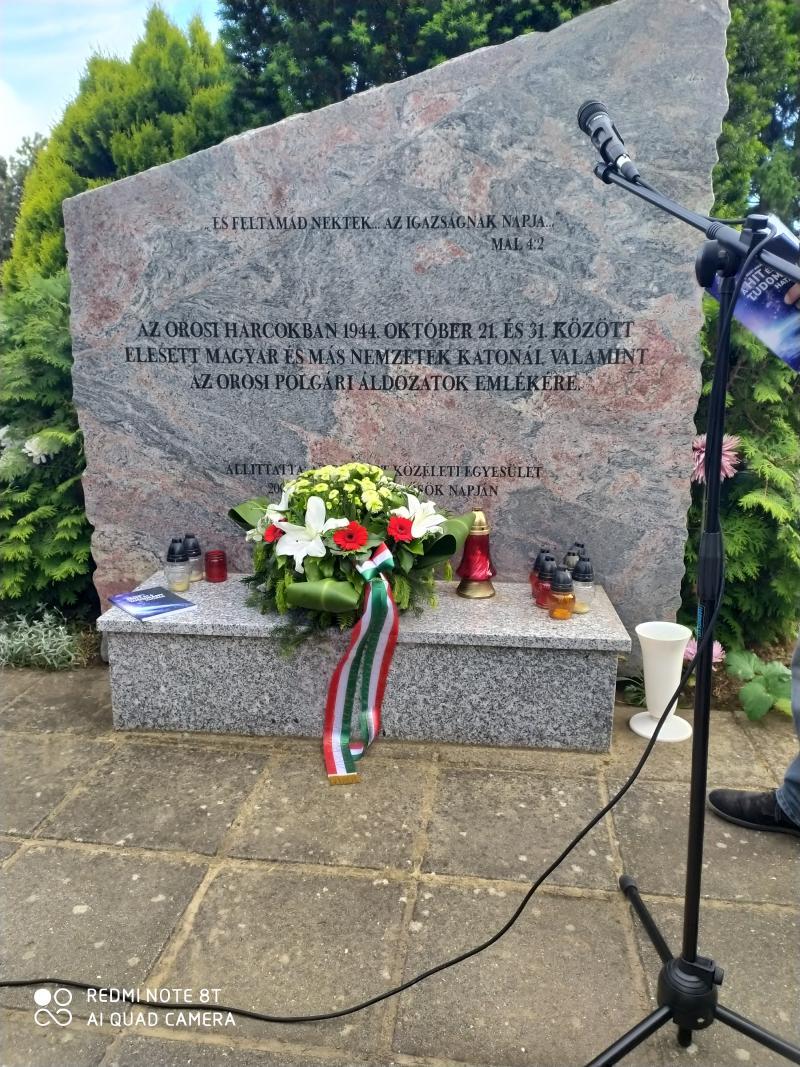 Koszorúzás Oroson a Katolikus Temetőben lévő Hősi Emlékműnél