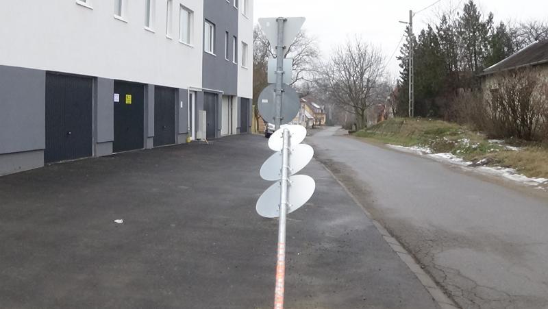 Közlekedési táblát törtek ki
