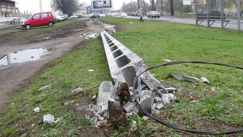 Közvilágítási oszlopnak tolatott egy nyerges vontató
