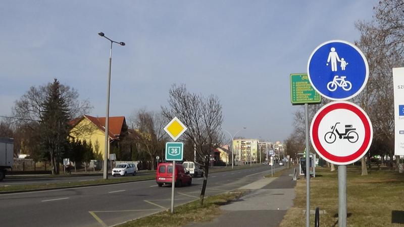 KRESZ-táblák figyelmeztetnek a kerékpárosokra
