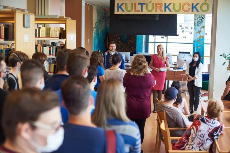 Kultúrkuckó átadása a könyvtárban