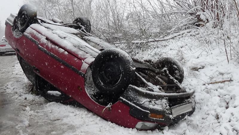 Megcsúszott a havas úton és felborult egy jármű a Simai úton