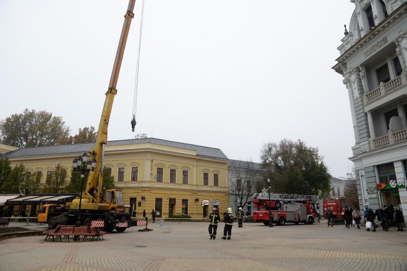 Megérkezett a város karácsonyfája a Kossuth térre