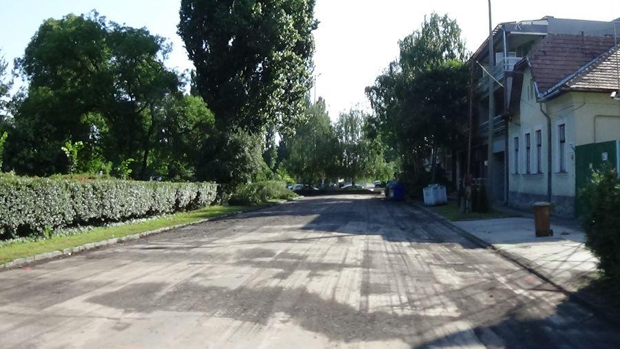 Megkezdődött a Pazonyi tér útburkolatának felújítása