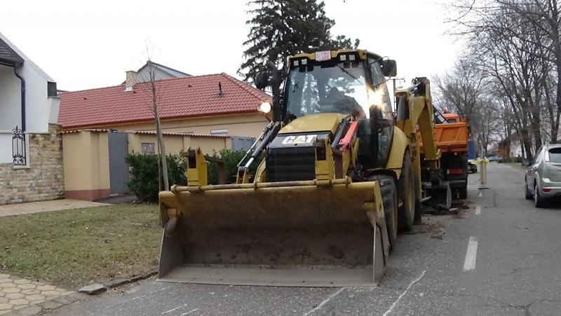 Megsüllyedt az úttest a Honvéd utcán, elkezdődött a helyreállítás