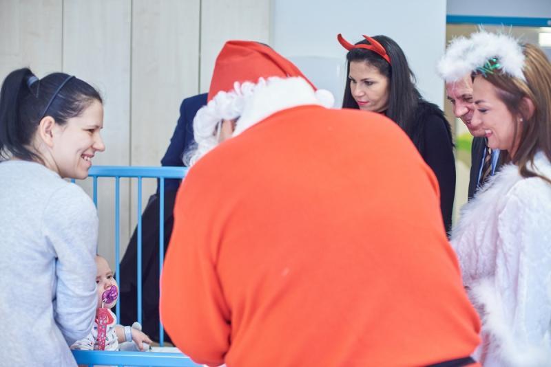 Mikulás látogatása a gyermekosztályon