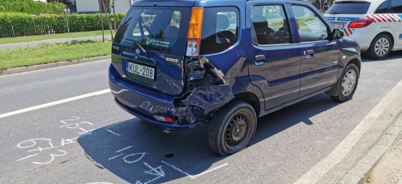 Motoros csapódott autóba