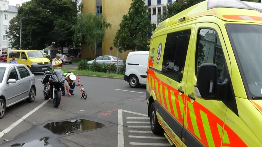 Motorossal ütközött egy jármű a Zrínyi Ilona utcán