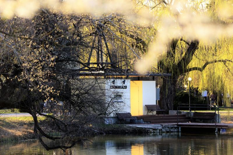 Napsütéses tavaszi délután Sóstón