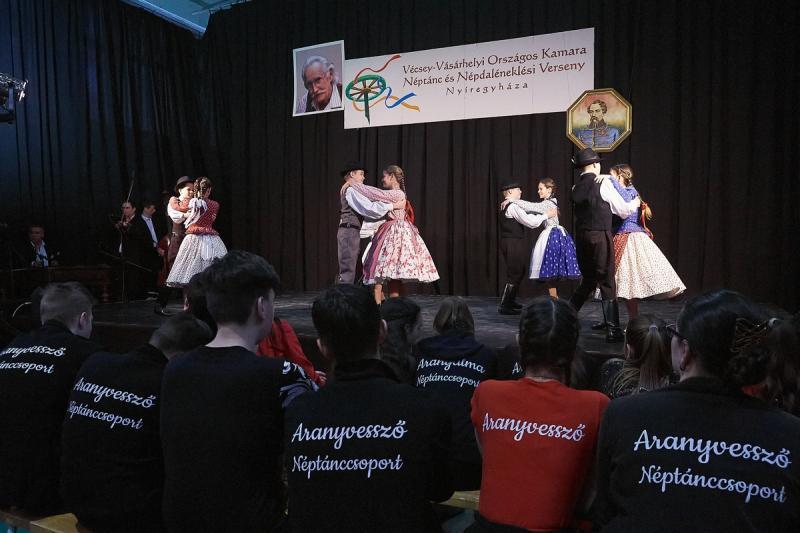 Néptánc és népdaléneklési verseny a Vécsey iskolában