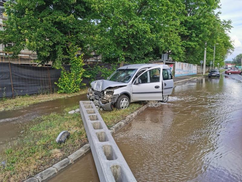 Oszlopnak hajtott egy autó a Kállói úton