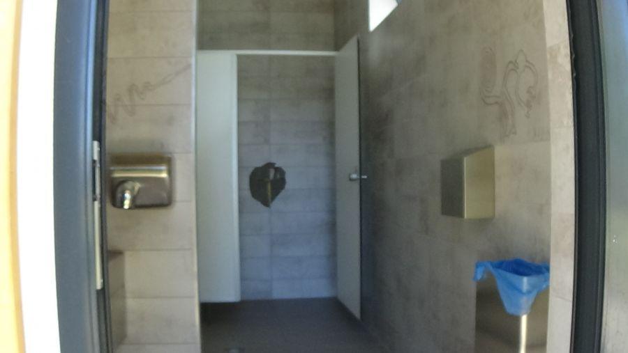 Rongálás a Bujtosi Városliget mosdójában