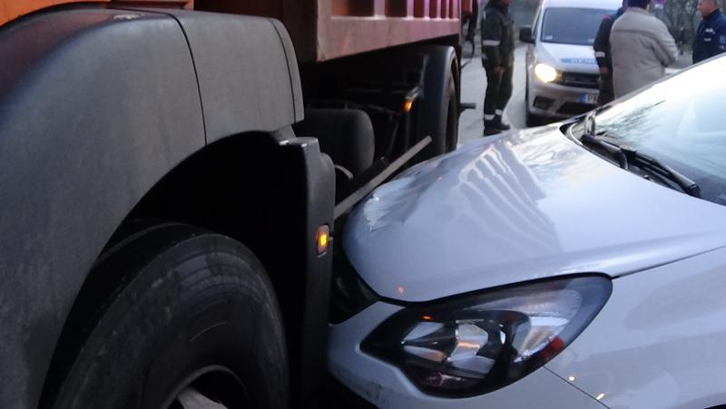 Szemétszállító járművel ütközött egy személygépkocsi