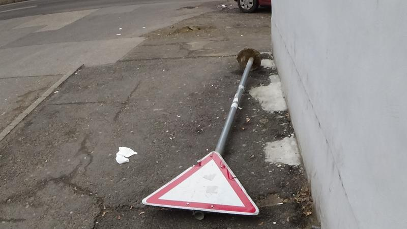 Táblákat rongáltak a város több pontján is