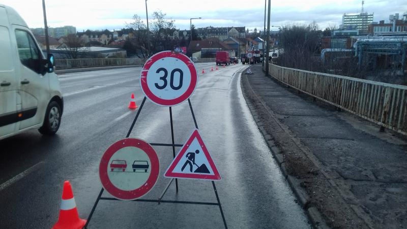 Tartanak a helyreállítási munkálatok az esti baleset után a Tiszavasvári úti felüljárón