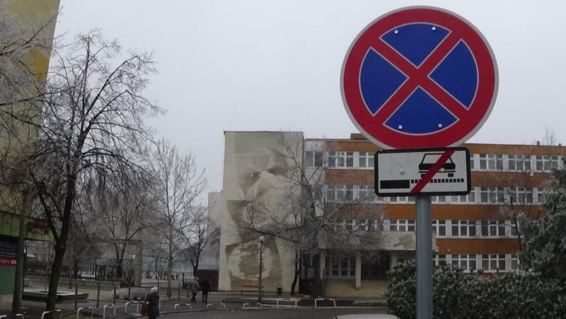Tilos megállni az úton és az útpadkánál az Ungvár sétánynál