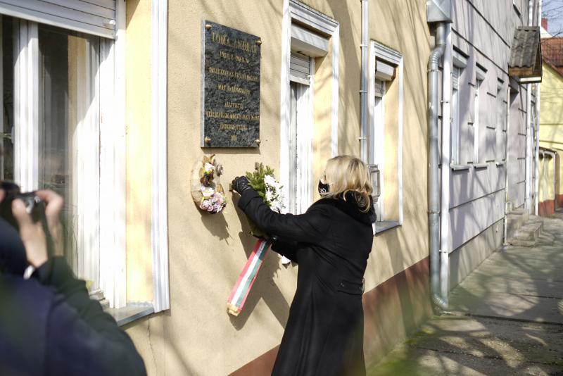 Toma András, az utolsó magyar hadifogoly Virág utcai emléktáblájának koszorúzása